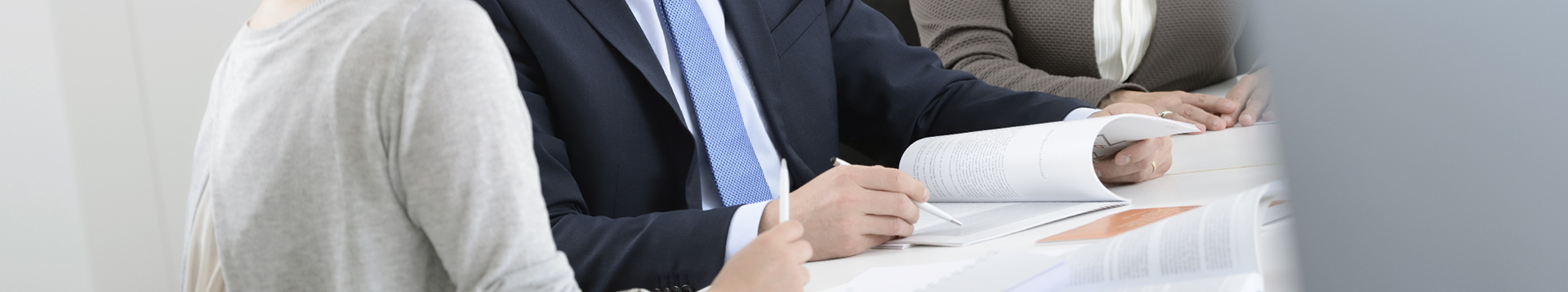 Dieses Bild zeig FMA Mitarbeiterinnen und Mitarbeiter beim studieren von Unterlagen